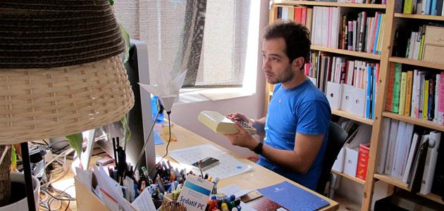 Inti v lez en su estudio en barcelona - Artesania barcelona ...