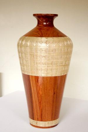 Talla en madera con incrustación en Tamo.