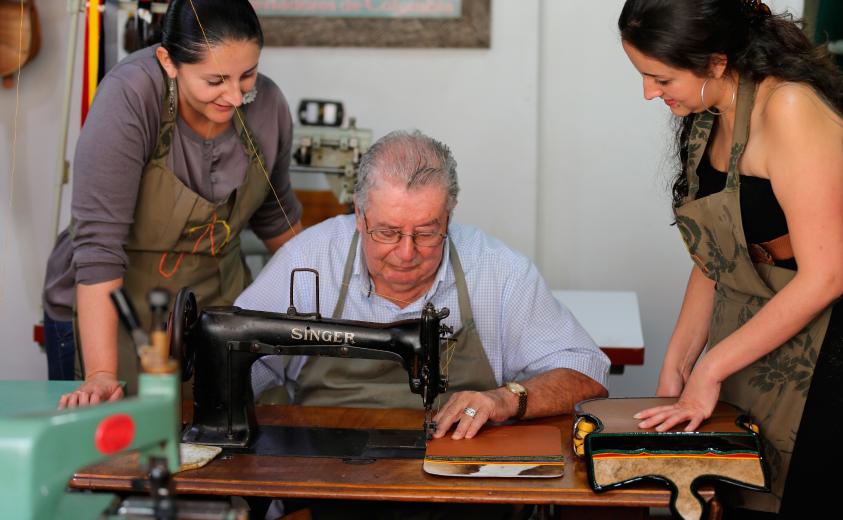 Maestro Darío Agudelo en su taller