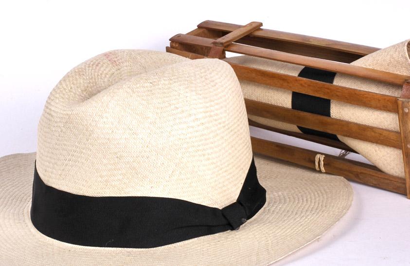 5cec07657bdbe El cuerpo del sombrero es blanco y la base suele llevar una cinta negra. La  blancura del sombrero se la da la Palma de Iraca.